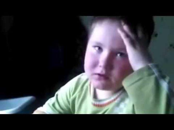 Мальчик выучивает стих травка зеленеет