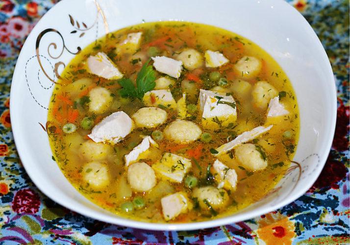 Куриный суп с горошком и сырными клецками