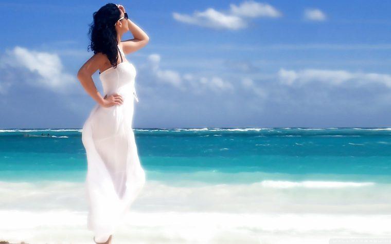 фото красивой женщины на море